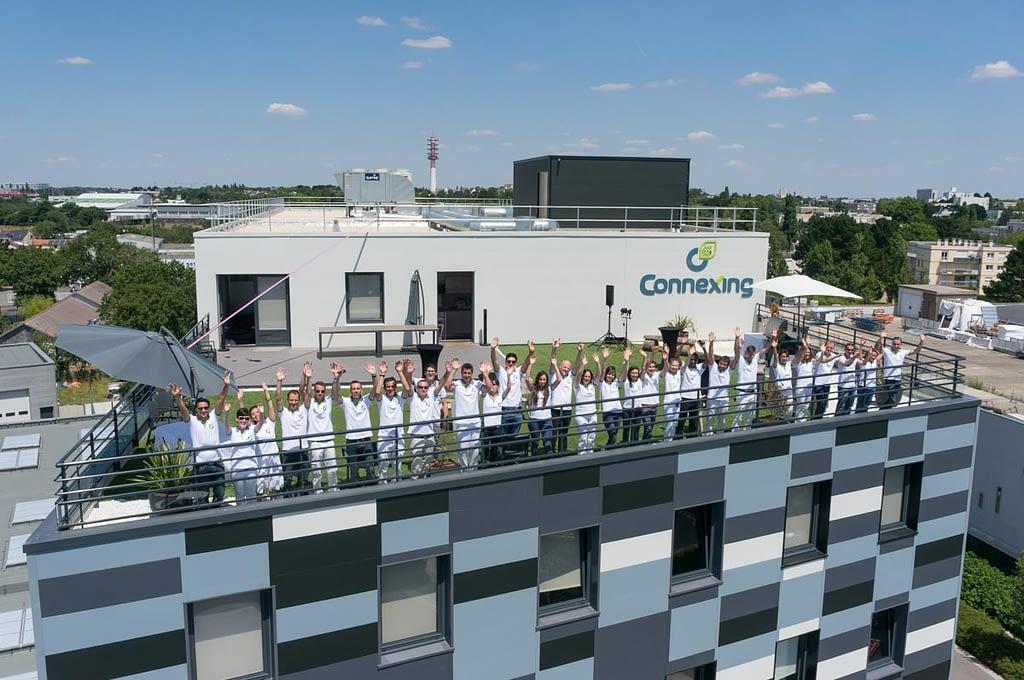 photo de l'équipe de connexing sur leur terrasse